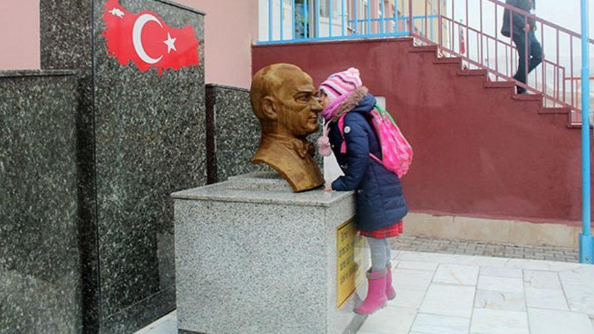 Minik kız, sınıfına girmeden önce her sabah Atatürk'ü öpüyor