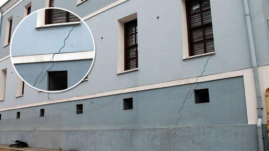 Liseye ait tarihi binada çatlaklar oluştu, öğrenciler tahliye edildi