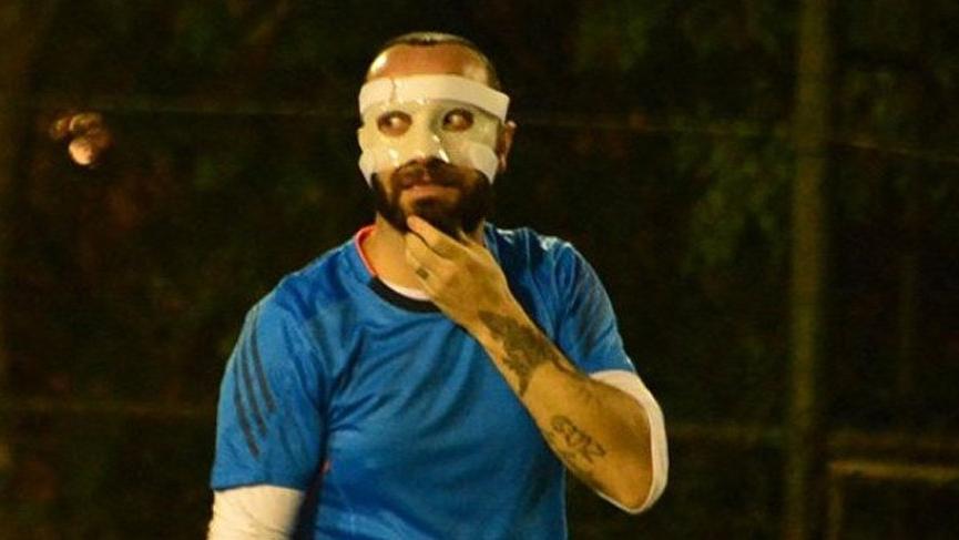 Arda Turan tarafından darp edilen Berkay, özel maskeyle sahada