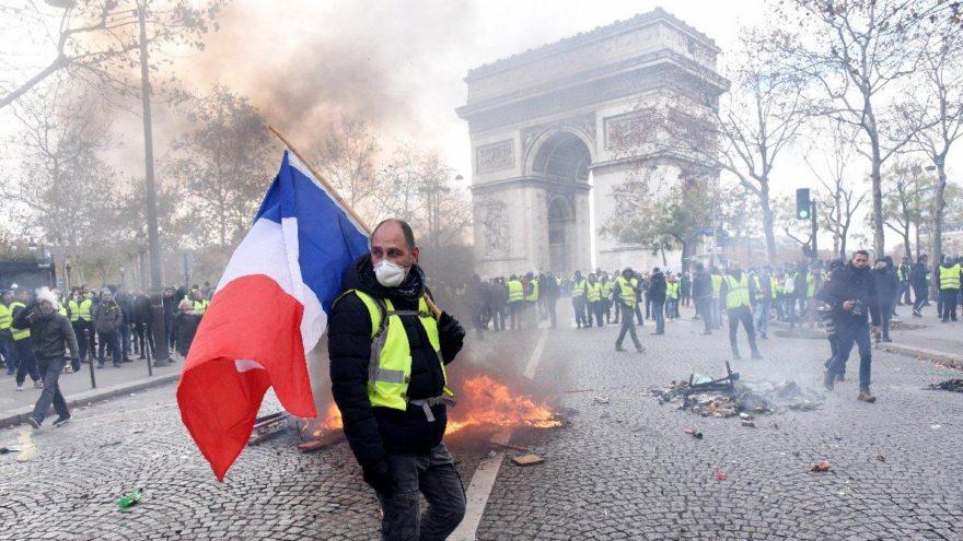Fransa'da akaryakıt zammı ortalığı karıştırdı: Sarı yelekliler polisle çatıştı
