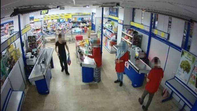 """Silahlı gaspçı marketi soydu, çıkarken """"iyi günler"""" dedi"""