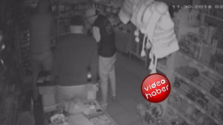 2 dakikada 18 bin liralık sigara hırsızlığı kamerada