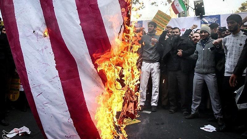İran'da tansiyon yükseldi... Binlerce insan sokakta bayrak yakıyor