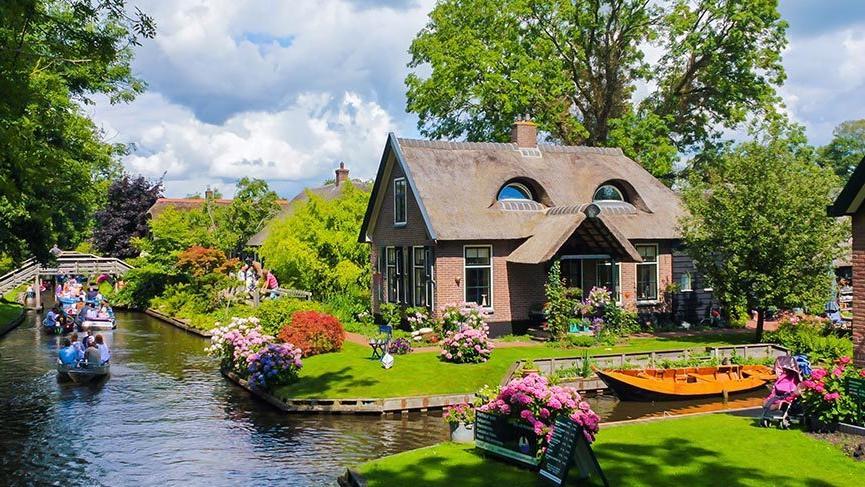 Bu masalsı köyde yol yok, sadece su kanalları var
