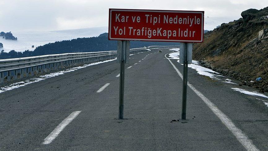 Kış mevsimi nedeniyle Ardahan-Ardanuç yolu trafiğe kapatıldı