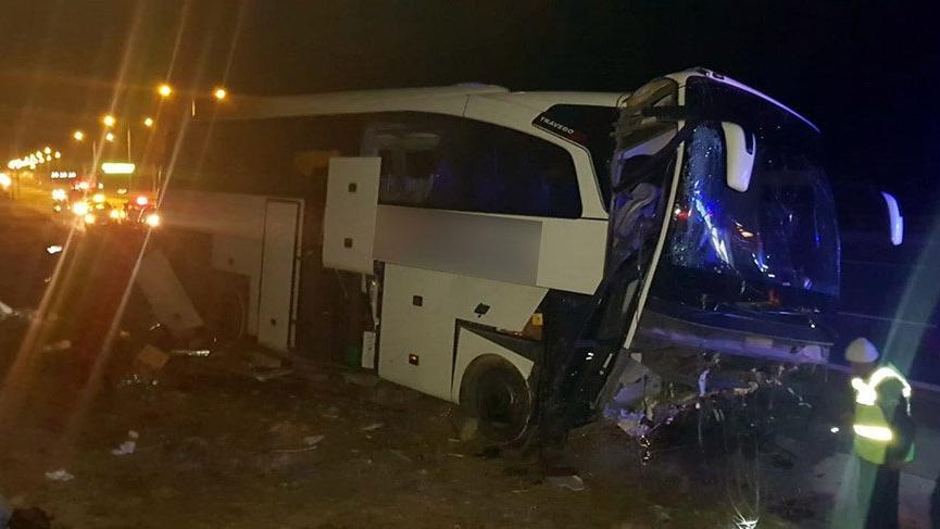 Son dakika... Otobüs refüje çarptı 20 kişi yaralı