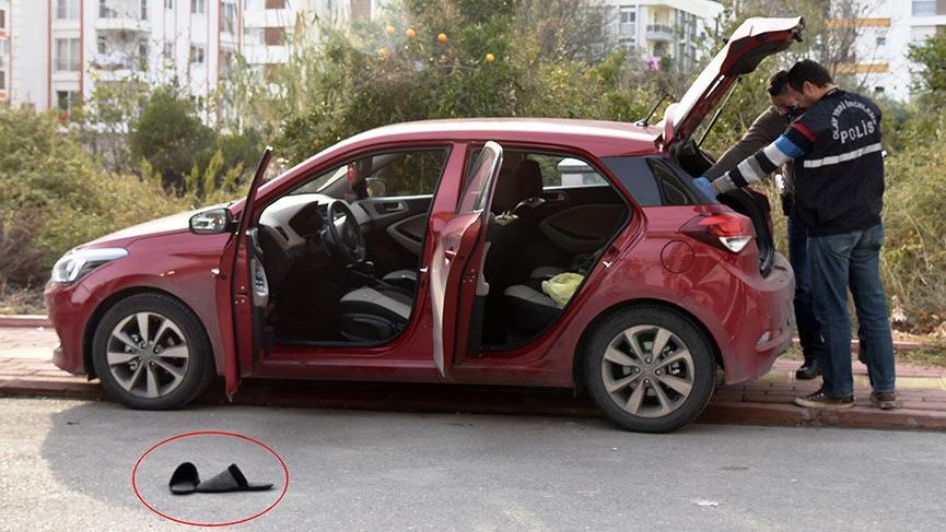 Polisi görünce arabayı ve terliklerini bırakıp kaçtı