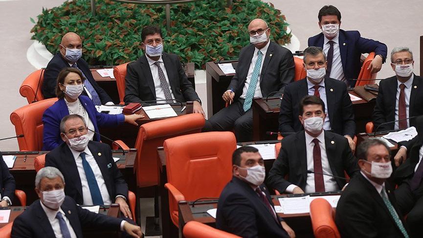 Vekiller lösemili çocuklar için maske taktı