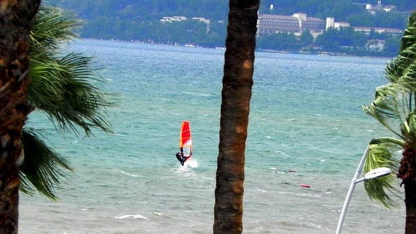 Rüzgar avcılarının Marmaris'te sörf keyfi