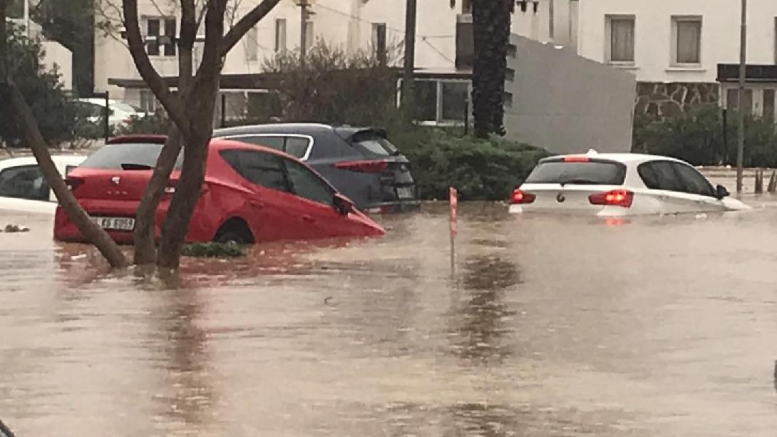 Yağış Bodrum'da yine hayatı felç etti! Araçlar sel sularında sürüklendi