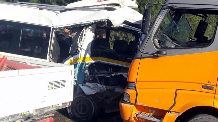 İzmir'de kamyon, yolcu minibüsüne çarptı: 1 ölü, 12 yaralı
