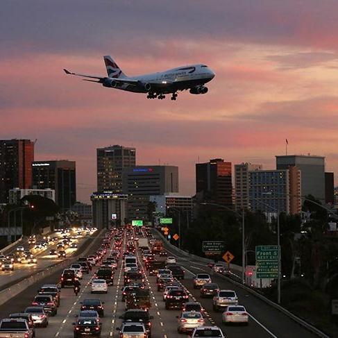 Uçakların yola teğet geçtiği havalimanı