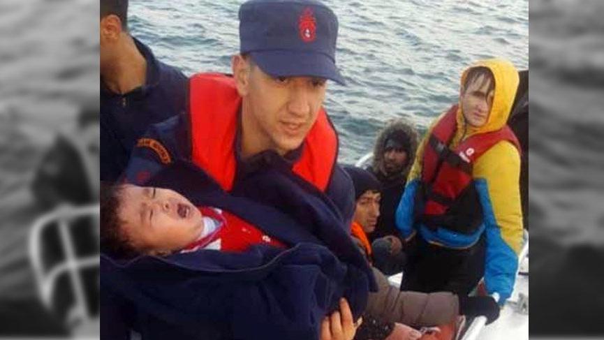 Göçmenleri taşıyan bot batarken Sahil Güvenlik yardıma yetişti