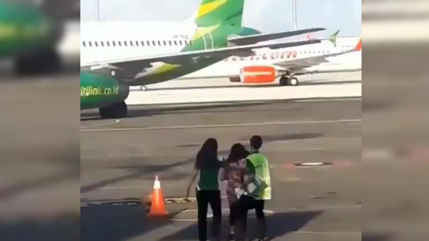Kadın yolcu, uçağı kaçırınca arkasından koştu!