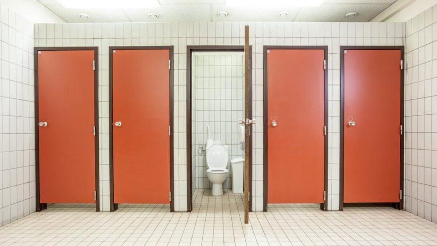 İdrarı uzun süre tutmak mı kirli tuvalete girmek mi?