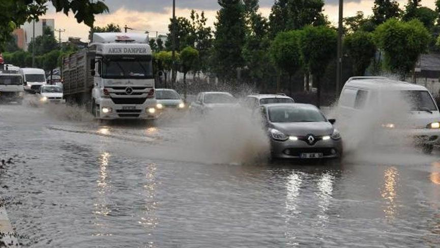 İstanbul'da sağanak trafiği de etkiledi!