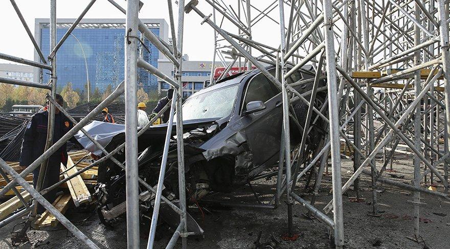 Köprü inşaatının iskele demirlerine sıkışan araç vinç yardımı ile kurtarıldı. Foto: AA