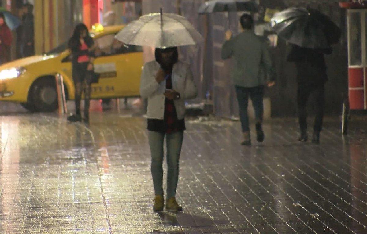 İstanbul'da dün akşam saatlerinde başlayan yağış etkisini sürdürmeye devam ediyor.