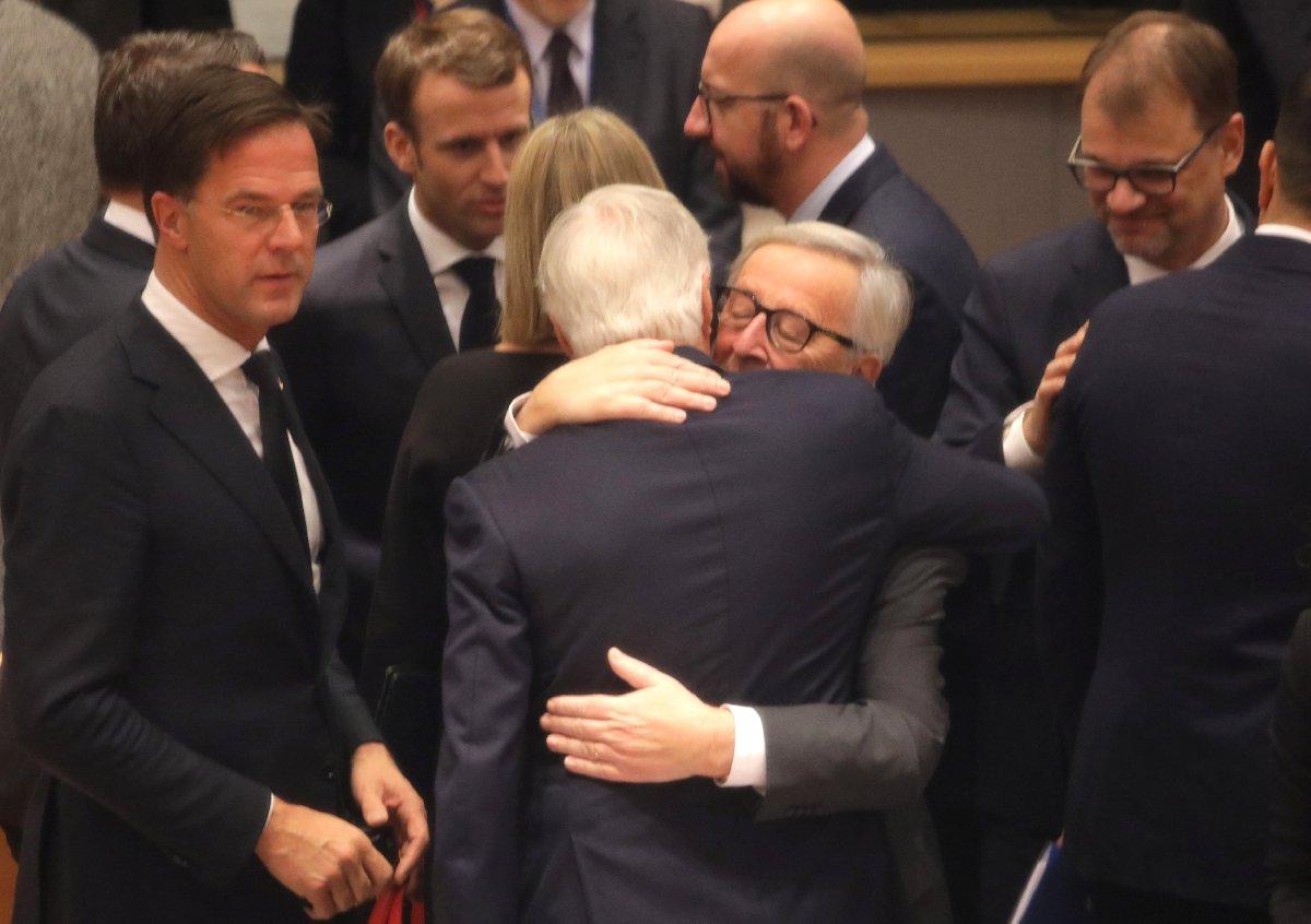 Bugün Brüksel'de gerçekleşen oturumda Avrupa Komisyonu Başkanı Jean-Claude Juncker, AB adına Brexit sürecinde müzakere eden Michel Barnier'e sarıldığı an kameralara böyle yansıdı.