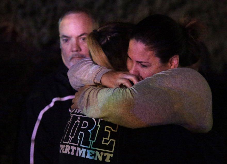 Saldırıdan kurtulanlar yakınlarına sarılarak teselli oldu.