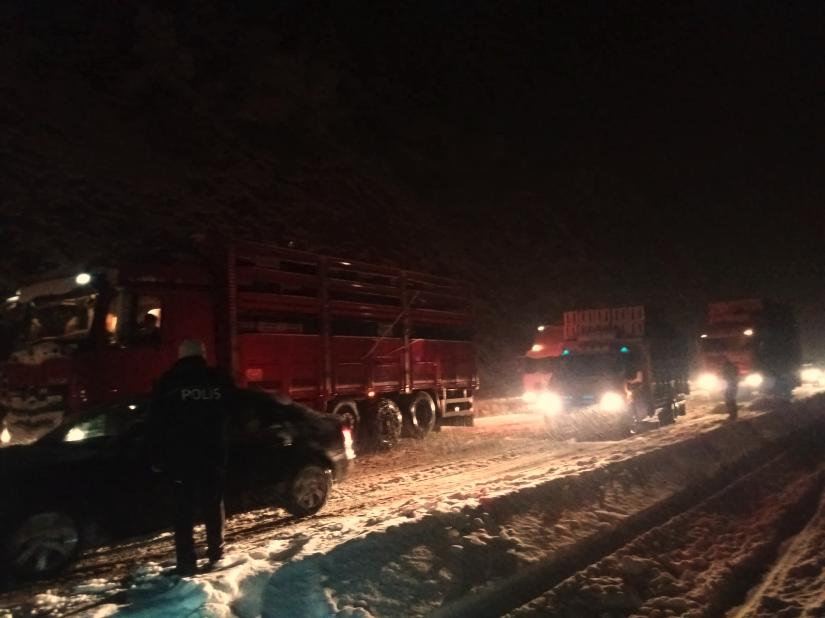 Kış lastiği olmayan araçların bölgeden geçişine izin verilmiyor. AA