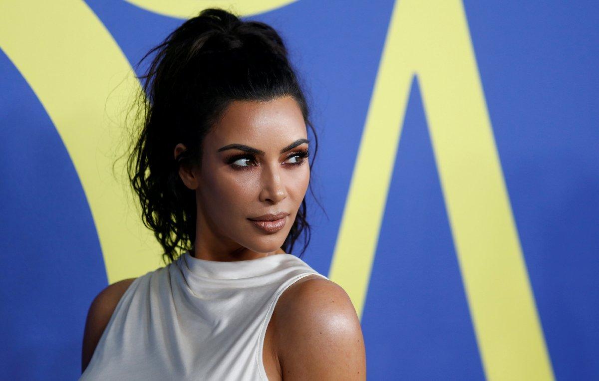Kardashian, yetkililerin uyarısıyla evini terk etmiş fakat özel bir itfaiye ekibi kurarak evi için mücadele etmişti.