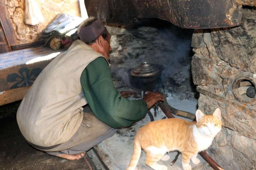 kardeşlerden Osman ev işlerini yapıyor Foto: İHA