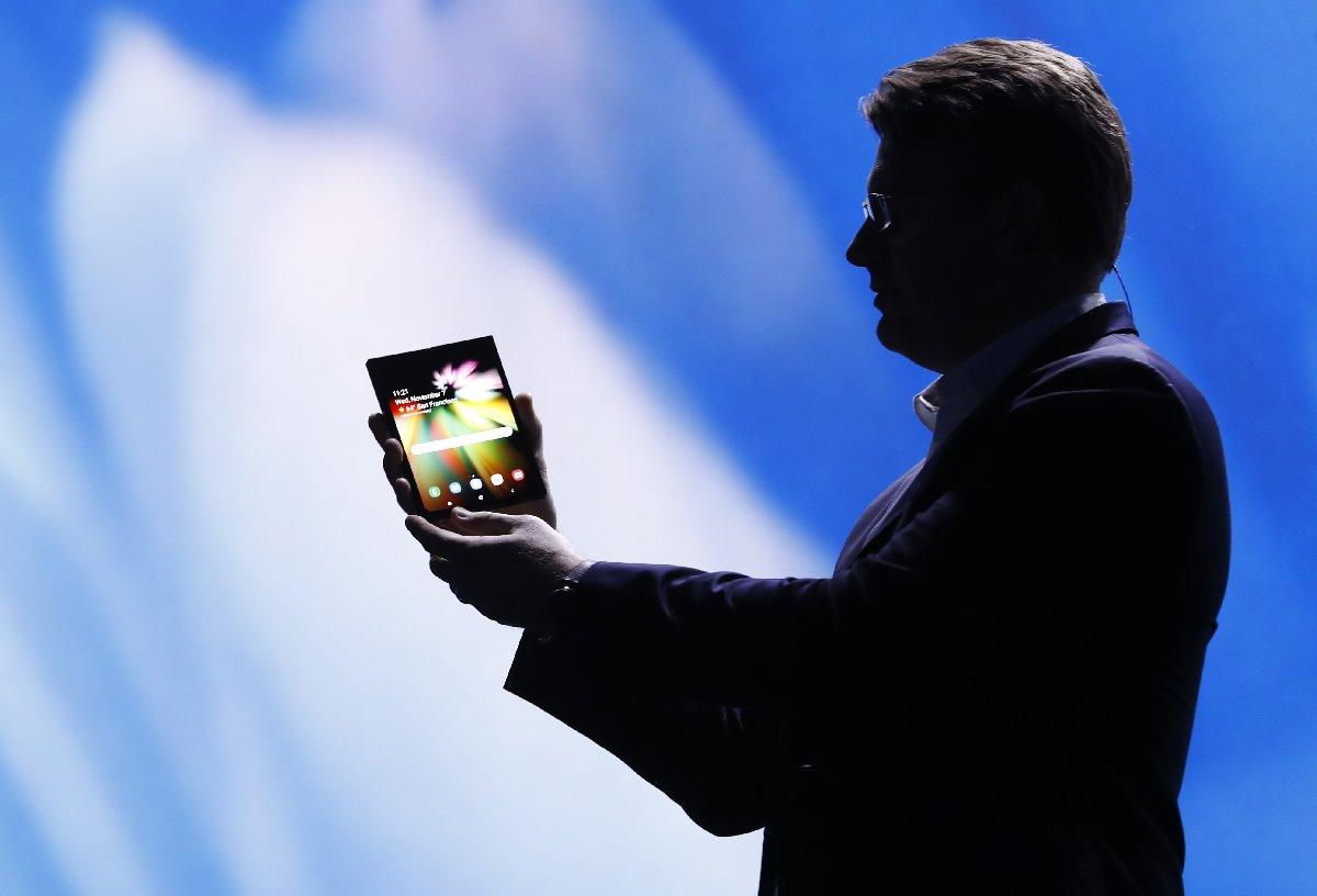 Etkinlikte telefonun katlanarak tablet haline gelmesi gösterildi.