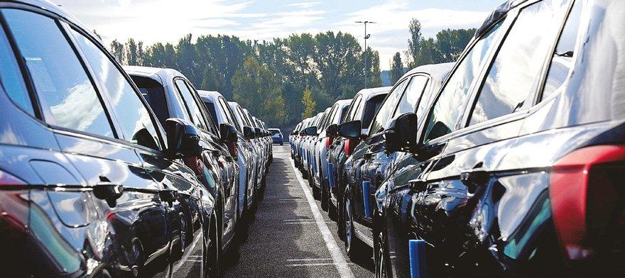 32 ARACIN AKARYAKIT GİDERİ DE ÖDENİYOR Çeşitli şirketlerin SSM'ye verdiği promosyon araçların kurum bünyesinde makam aracı olarak kullanıldığı belirlendi. Araçların yakıt gideri de şirketler tarafından karşılanıyor.