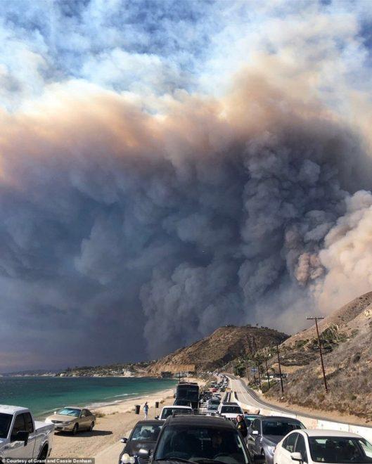 Malibu'da binlerce kişi tahliye nedeniyle yollarda kuyruk oluşturdu.