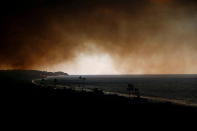 Yangının oluşturduğu dumanlar kilometrelerce öteden görülebiliyor.