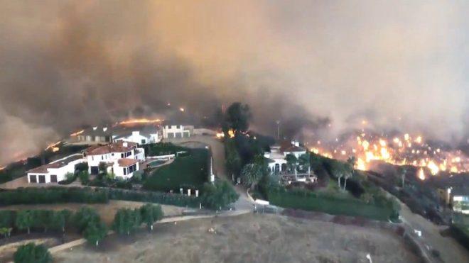 Yangın Malibu'da yerleşim yerlerine ulaştı.
