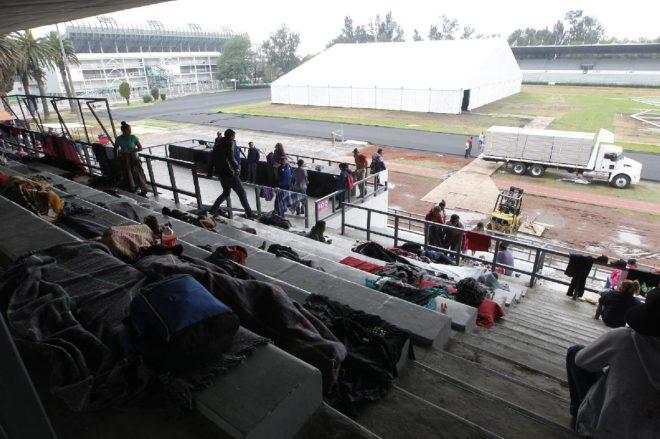 Göçmenler için stadyumda hazırlık yapılıyor.