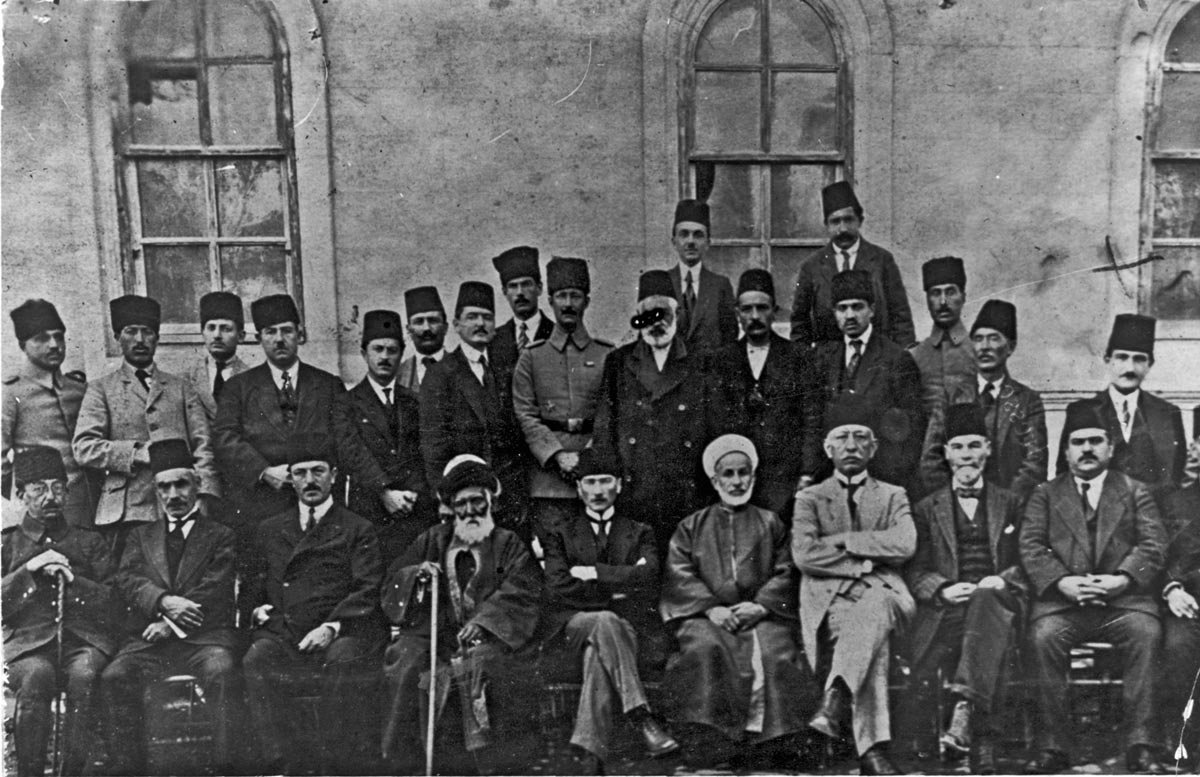 Sıvas Kongresi'nde, kurtuluş ve bağımsızlık için faaliyet gösteren dernekler ''Anadolu ve Rumeli Müdafaa-i Hukuk Cemiyeti'' adı altında birleşti. Mustafa Kemal başkanlığında 16 kişilik ''Heyet-i Temsiliye'' oluşturuldu. Sıvas Kongresi (4 Eylül 1919), kimi tarihçilerce CHP'nin de ilk kongresi olarak kabul ediliyor. Çekildiği Yer: Sivas Türkiye
