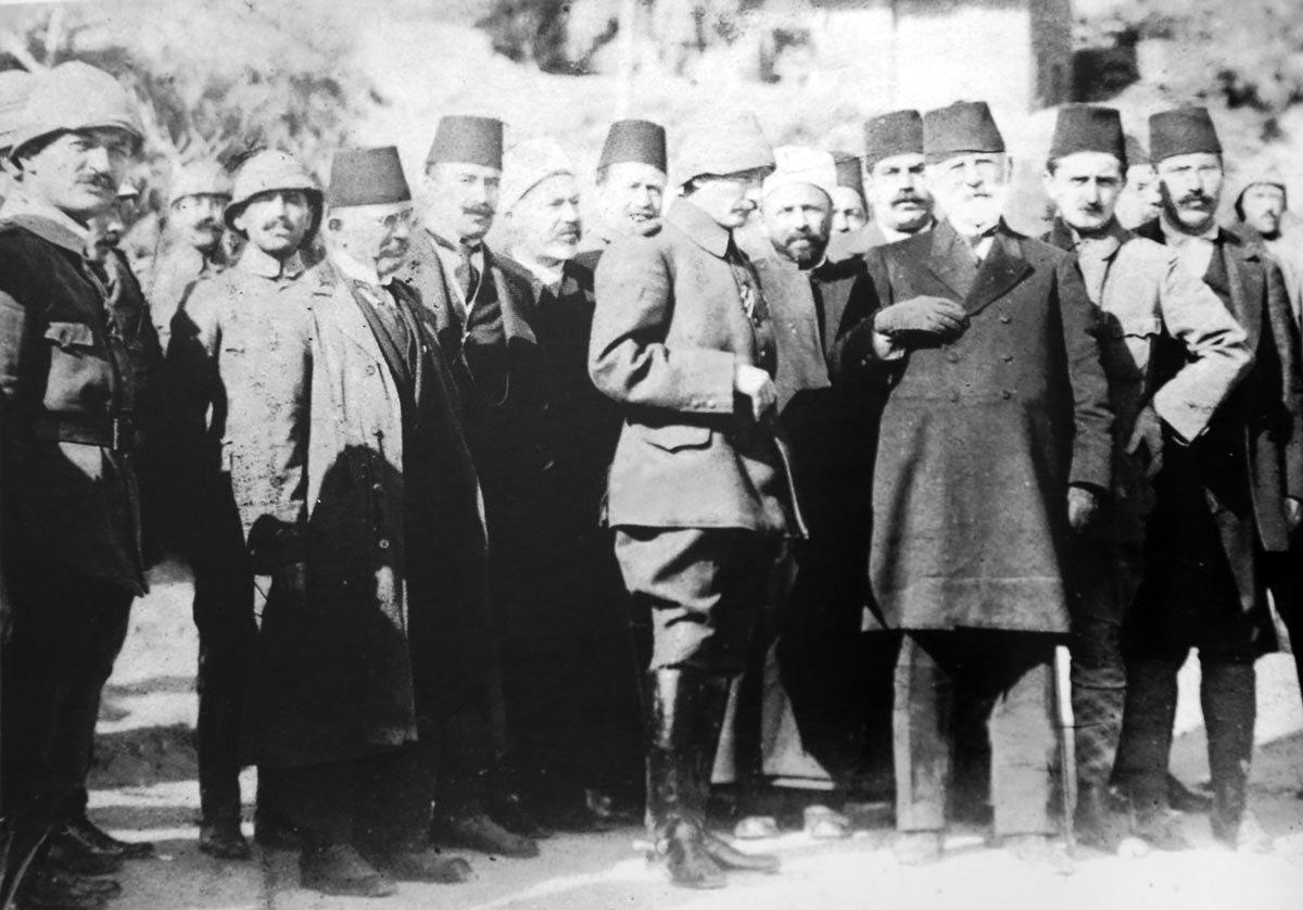 1. Dünya Savaşı'nda Çanakkale Cephesi'nde Anafartalar Grup Komutanı Albay Mustafa Kemal, İstanbul'da cepheyi ziyarete gelen milletvekillerine bilgi verdi. Çekildiği Yer: Çanakkale Türkiye