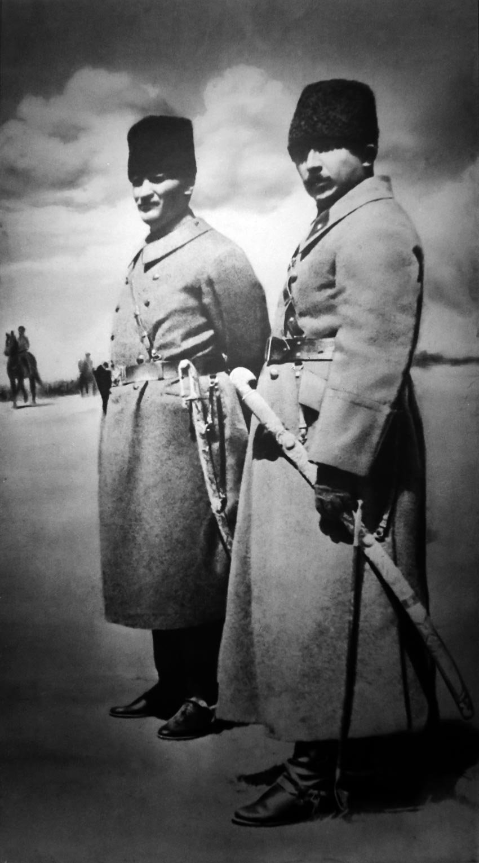 Kurtuluş Savaşı'nda Mustafa Kemal Paşa ve İsmet Paşa cephede.