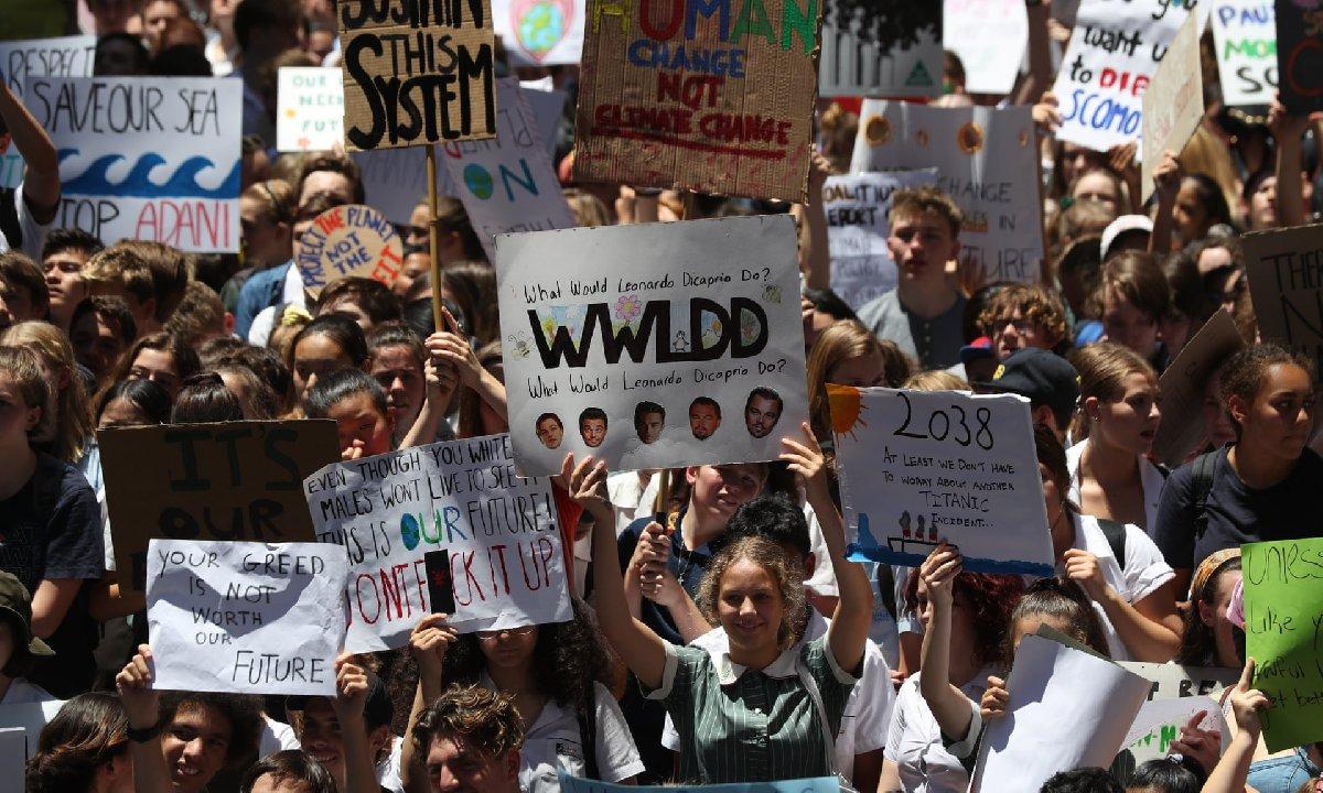 Avustralya'nın birçok kentinde okulu kıran öğrenciler, doğanın korunması gerektiğini söyledi.