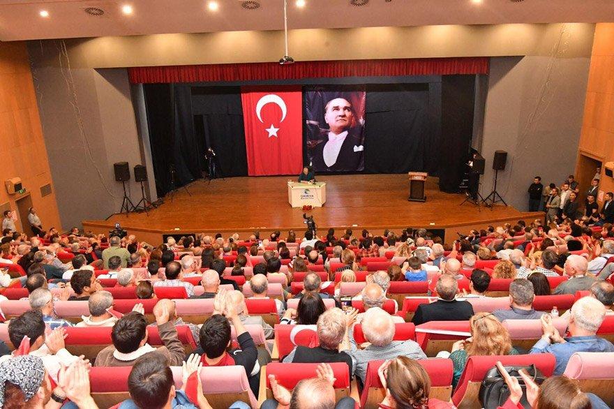 Bütün salon büyük bir dikkatle duayen gazeteci Uğur Dündar'ı dinledi.