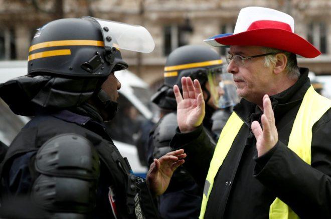 Polis ve göstericiler sık sık karışı karşıya geldi.