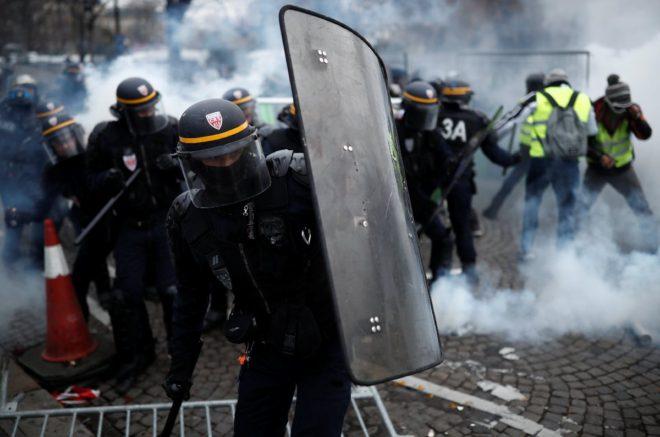 Güvenlik güçleri biber gazıyla müdahalede bulundu.