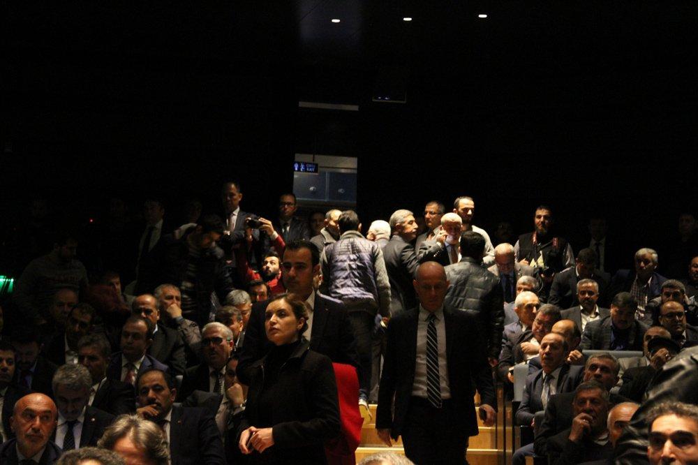 FOTO:SÖZCÜ - Çiftçilerden bazıları salonu terk etti.
