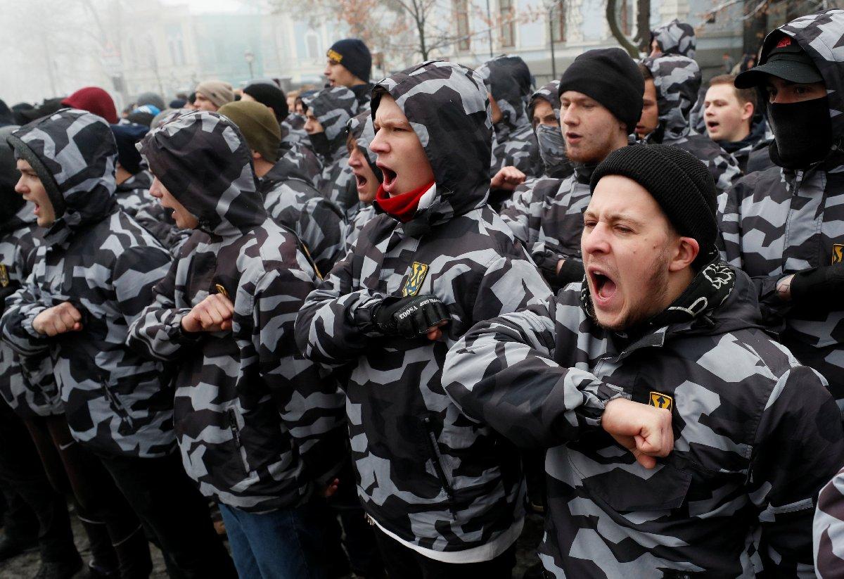 Yaşananların ardından aşırı sağcı Ukraynalılar başkent Kiev'deki Rusya temsilciliği önüne gitti.