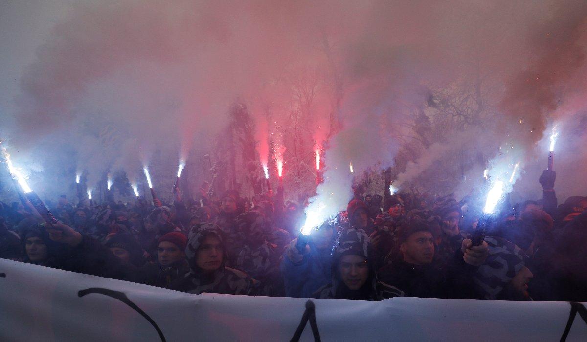 Göstericiler slogan atarak yaşananları protesto etti ve Rusya'nın gemi ve mürettebatı iade etmesini istedi.