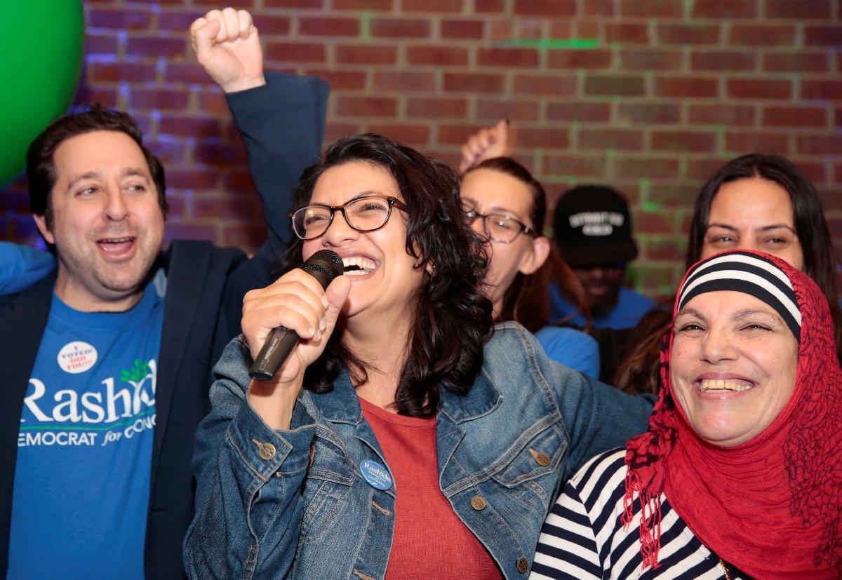 Demokratlar'ın adayı Rashida Tlaih (soldaki) seçimzaferini annesiyle kutladı.