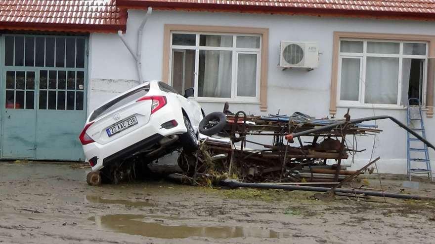 Edirne'de 6 saatte 130 kilogram yağışın neden olduğu selin etkisi geçerken, evlerini ve işyerlerini su basanların temizlik çalışmaları başladı. Foto: DHA