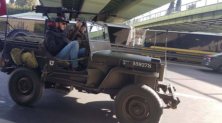 İstanbul'da üzerine maket uçaksavar monte edilen cip, trafikten men edildi. Aracı trafikten men eden ekipler, sürücü Murat Y'yi gözaltına aldı. Kadıköy Polis Merkezi'ne götürülen Murat Y'nin işlemleri devam ediyor. FOTO:DHA