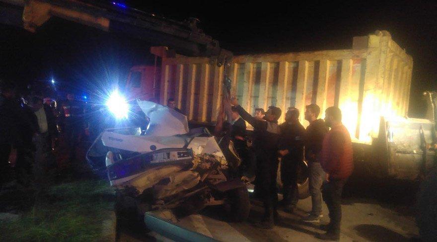 Çanakkale'nin Biga ilçesinde hafriyat kamyonuyla otomobilin çarpışması sonucu meydana gelen kazada, 2 kişi hayatını kaybetti. FOTO:AA