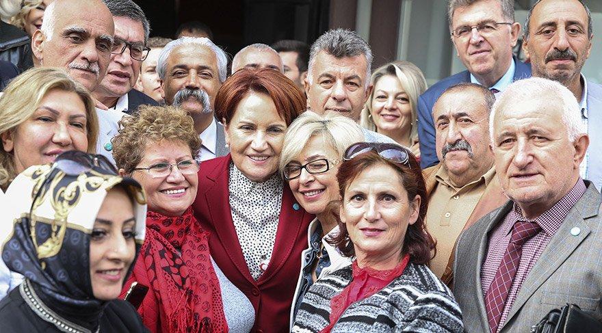 """İYİ Parti Genel Başkanı Meral Akşener, partisinin Çankaya İlçe Başkanlığı Çayyolu temsilciliğinin """"geleneksel kuru fasulye gününde"""" gazetecilerin sorularını yanıtladı. Akşener, çıkışta partililerle fotoğraf çektirdi. FOTOĞRAFLAR:AA"""