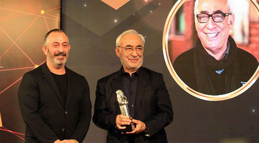 Yapımcı, oyuncu ve komedyen Cem Yılmaz (solda), festivalde 'Onur Ödülü'ne layık görülen Şener Şen'e (sağda) ödülünü verdi. FOTO:AA