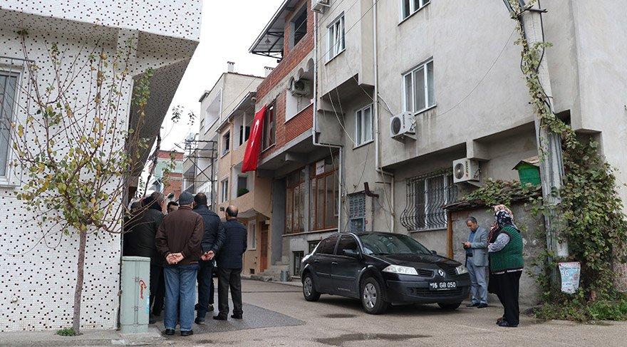 Pilot Üsteğmen Aykut Yurtsever'in babaevine şehadet haberi ulaştı. Şehit Yurtsever'in babaevine Türk bayrağı asıldı. FOTO:AA